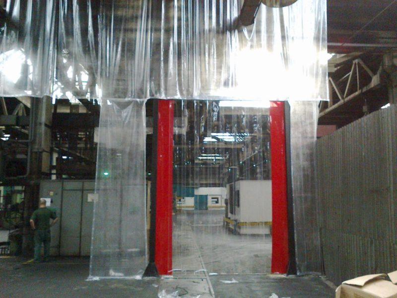 Lamelová stěna oddělující dva průmyslové prostory. Přes ní lze přejet běžným vysokozdvižným vozíkem