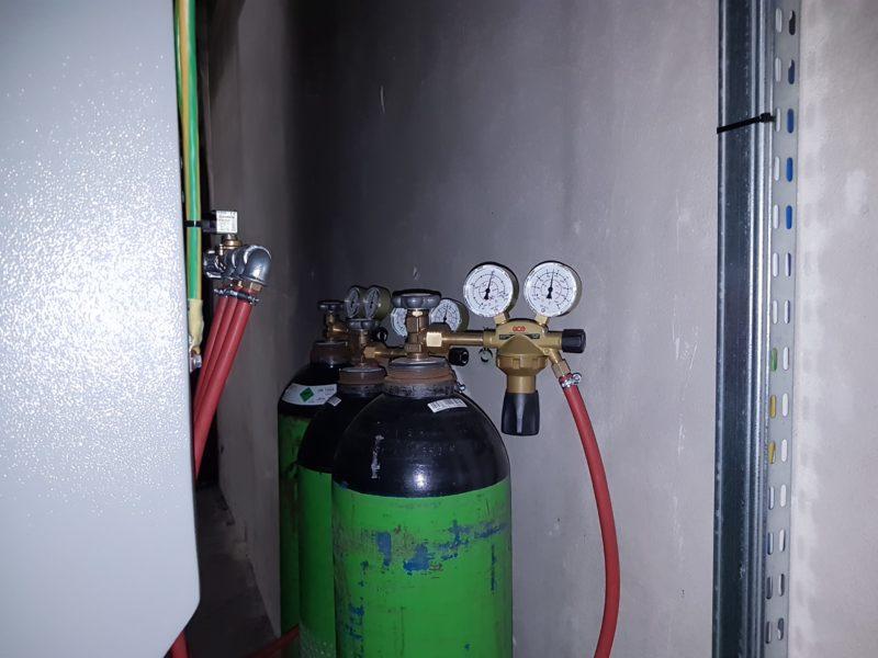 Filtrační systém je vybaven pomocným hasicím systémem, který využívá stlačený dusík v láhvích.